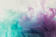 абстрактная предпосылка с смешивать голубую и фиолетовую краску акварели стоковое изображение rf