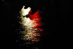 АБСТРАКТНАЯ предпосылка темной воды с яркими светами стоковое изображение