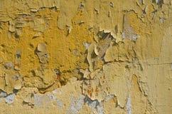 Абстрактная предпосылка треснутой и слезанной желтой краски стоковое фото rf