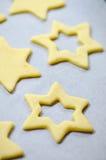 Абстрактная предпосылка еды рождества с прессформами и мукой печений Печенья рождества выпечки - таблица, резцы печенья и печенья Стоковые Фото