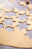 Абстрактная предпосылка еды рождества с прессформами и мукой печений Печенья рождества выпечки - таблица, резцы печенья и печенья Стоковое Фото