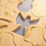 Абстрактная предпосылка еды рождества с прессформами и мукой печений Печенья рождества выпечки - таблица, резцы печенья и печенья Стоковые Фотографии RF