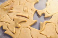 Абстрактная предпосылка еды рождества с прессформами и мукой печений Печенья рождества выпечки - таблица, резцы печенья и печенья Стоковые Изображения RF