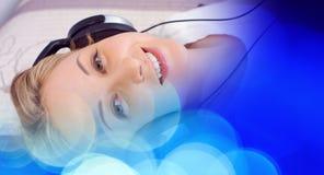 Абстрактная предпосылка музыки, молодая женщина и предпосылка bokeh светлая Стоковое Изображение RF