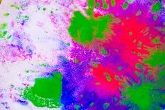 Абстрактная предпосылка помарок пинка, зеленого цвета и сини на белой бумаге Стоковые Изображения RF