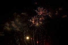 Абстрактная предпосылка: Поднимающ и взрывающ оранжевые и фиолетовые фейерверки с дымом Стоковое Изображение