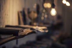 Абстрактная предпосылка с лампой и книжные полки как главный ide Стоковое фото RF