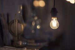 Абстрактная предпосылка с лампой и книжные полки как главный ide Стоковое Фото