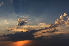 абстрактная природа предпосылки Драматический и унылый рассвет, пасмурное небо захода солнца Стоковые Фото