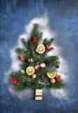 Абстрактная рождественская елка сделанная от ветвей ели Взгляд сверху Стоковое Фото
