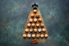 Абстрактная рождественская елка сделанная от трюфелей шоколада Wi взгляд сверху Стоковое Фото