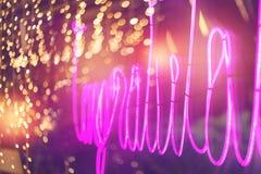 Абстрактная розовая неоновая вывеска с запачканной предпосылкой света неоновой трубки, стоковое фото
