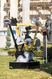 Абстрактная статуя стоя в парке Афин перед румынским атенеем в столице Румынии - Бухареста стоковое фото