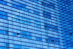 Абстрактная съемка стеклянного прозрачного офисного здания небоскреба для текстуры или предпосылки Тонизированная синь Стоковое Изображение RF