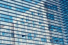 Абстрактная съемка стеклянного прозрачного офисного здания небоскреба для текстуры или предпосылки Тонизированная синь Стоковые Изображения