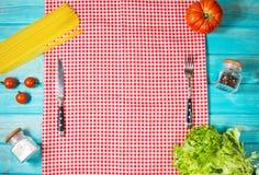 абстрактная текстура макаронных изделия еды предпосылки Сухие макаронные изделия с овощами и травами на голубой деревянной предпо Стоковые Изображения RF