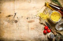 абстрактная текстура макаронных изделия еды предпосылки Макаронные изделия с оливковым маслом, томатами и солью Стоковое Изображение RF