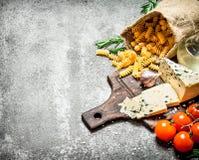 абстрактная текстура макаронных изделия еды предпосылки Макаронные изделия в сумке с итальянскими голубым сыром и томатами Стоковая Фотография RF