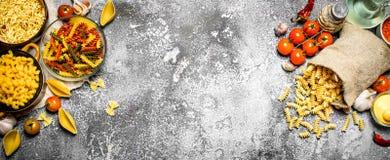 абстрактная текстура макаронных изделия еды предпосылки Макаронные изделия с соусами, овощами и оливковым маслом Стоковое фото RF