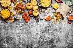 абстрактная текстура макаронных изделия еды предпосылки Макаронные изделия с соусами, овощами и оливковым маслом Стоковые Фотографии RF
