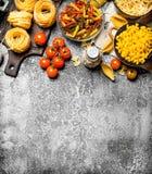 абстрактная текстура макаронных изделия еды предпосылки Макаронные изделия с соусами, овощами и оливковым маслом Стоковые Фото