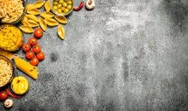абстрактная текстура макаронных изделия еды предпосылки Различные макаронные изделия с специями и овощами Стоковые Изображения