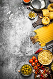 абстрактная текстура макаронных изделия еды предпосылки Различные макаронные изделия с овощами и специями Стоковые Изображения