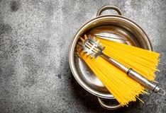 абстрактная текстура макаронных изделия еды предпосылки Спагетти в баке с ковшом Стоковое Изображение