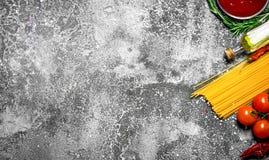абстрактная текстура макаронных изделия еды предпосылки Спагетти с томатным соусом, специями и оливковым маслом Стоковые Фото