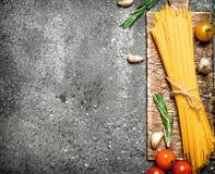 абстрактная текстура макаронных изделия еды предпосылки Спагетти с чесноком и томатами Стоковая Фотография RF