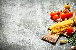 абстрактная текстура макаронных изделия еды предпосылки Спагетти с чесноком и томатами Стоковое Изображение