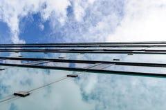 Абстрактная текстура предпосылки с яркими облаками отразила в ветре Стоковые Фотографии RF