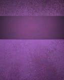 Абстрактная фиолетовая предпосылка с нашивкой ленты Стоковое Изображение