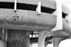 Абстрактная часть современной архитектуры, стены сделанные из стекла и сталь Задняя часть и белизна стоковое изображение rf