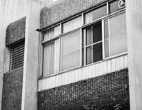 Абстрактная часть современной архитектуры, стены сделанные из стекла и сталь Задняя часть и белизна Стоковые Фото