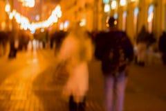 Абстрактное винтажное движение тона Изображение нерезкости улицы, девушки и парня идя вдоль тротуара, яркий город освещает с boke Стоковое Изображение RF