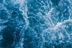 Абстрактное голубое море развевает с белой пеной для предпосылки, естественной Стоковая Фотография RF