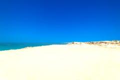Абстрактное голубое море и белая предпосылка песка на летнем дне песочно Стоковое фото RF