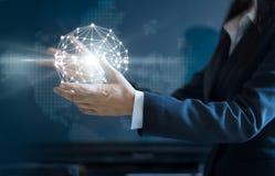 Абстрактное дело, соединение глобальной вычислительной сети круга бизнес-леди в руке стоковое фото