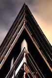 Абстрактное здание изображенное в форме треугольника стоковые изображения