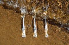 Абстрактное изображение с чистыми и сияющими серебряными винтажными вилками в чистой воде стоковое изображение rf