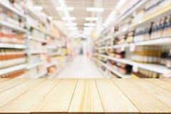 Абстрактное междурядье магазина уцененных товаров супермаркета нерезкости Стоковые Изображения RF