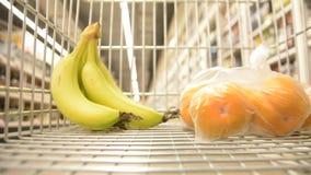 Абстрактное неясное изображение торгового центра и людей Предпосылка взгляда магазинной тележкаи defocused с плодоовощ видеоматериал