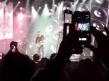 Абстрактное неясное изображение Толпитесь во время концерта развлечений общественного музыкальный спектакль Вентиляторы руки в лю Стоковое Фото