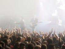 Абстрактное неясное изображение Толпитесь во время концерта развлечений общественного музыкальный спектакль Вентиляторы руки в лю Стоковое Изображение RF