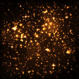 Абстрактное ночное небо с золотым звездным скоплением и накаляя частицами Стоковые Фотографии RF