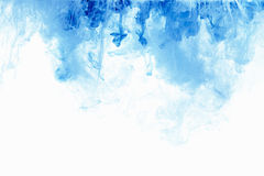 Абстрактное падение чернил цвета предпосылки в воде Голубое облако краски на белизне Стоковое фото RF