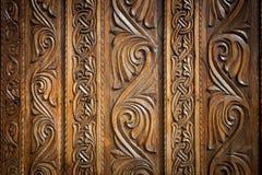 Абстрактное флористическое украшение высекаенное на двери Стоковое Фото
