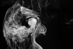 Абстрактное черно-белое изображение дыма от ручки ладана перед черной предпосылкой Стоковое Фото