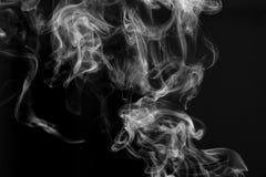 Абстрактное черно-белое изображение дыма от ручки ладана перед черной предпосылкой Стоковые Изображения RF